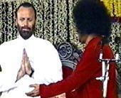 Isaac Tigrett worships Sai Baba