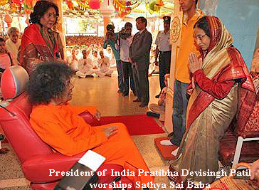 India's President, Pratibha Patil, worshipping Sathya Sai Baba