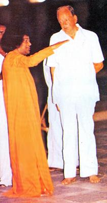 Sathya Sai Baba explains something to Hislop